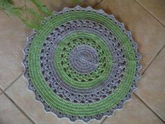 Tapete redondo, nas cores verde e cinza, pode ser feito nas cores de sua prefêrencia.  Medida de 0,60cm de diametro