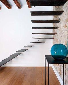 escalier suspendu, escalier minimaliste extravagant , escalier mural