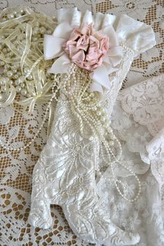 67 Ideas For Shabby Chic Christmas Stockings Victorian Shabby Chic Mode, Style Shabby Chic, Shabby Chic Crafts, Shabby Chic Christmas Stockings, Xmas Stockings, Christmas Love, Vintage Christmas, Christmas Crafts, Shabby Vintage