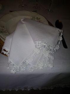 Tovagliolo in primo piano della tovaglia in misto lino, cm.145x145, rifinita con pizzo all'uncinetto in filato di cotone filo di scozia DMC.