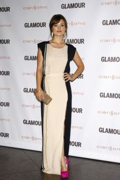Olivia Wilde has the coolest fashion sense. Love her in this simple black and white maxi with a pop of colour in a pink heel.
