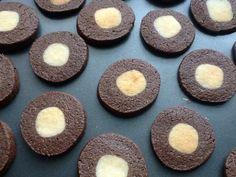 Galletas de Chocolate rellenas de Mazapan. http://frivolidadesdelkioscodelparque.blogspot.com.es/2014/01/galletas-de-chocolate-rellenas-de.html
