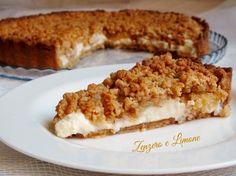 La torta mele e amaretti è un dolce dalla doppia consistenza. Un fragrante guscio di frolla agli amaretti racchiude una morbidissima crema al mascarpone.