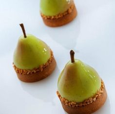Nadire Atas on Exquisite Desserts Cedric Grolet - Tarte poire Cake Filling Recipes, Pastry Recipes, Cooking Recipes, Cedric Grolet Patisserie, Patisserie Chef, Pastry Design, Pear Tart, Small Desserts, Pastry Art