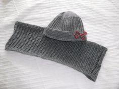 gorro  y cuello tejido a crochet en gris marengo con adorno de lazo escoces