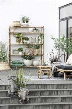 OUTDOOR ROOMS - Live plants are beautiful – they are the heart of your garden. But your plants should have a beautiful and solid foundation. Our range of flower pots can offer pots for every flower – from beautiful seasonal flowers to large, green plants. Bamboo Furniture, Garden Furniture, Outdoor Furniture, Painting Furniture, Decorated Flower Pots, Green Cushions, Tropical Style, Banquette, Scandinavian Living