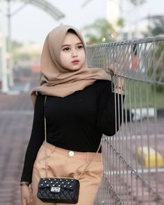 Pin Image by Celebrity Good Casual Hijab Outfit, Ootd Hijab, Girl Hijab, Hijab Chic, Hijab Fashion Inspiration, Style Inspiration, Beautiful Hijab Girl, Muslim Brides, Timeless Fashion
