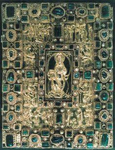 Le CODEX AUREUS DE ST EMMERAN: la plaque supérieure de la reliure du Codex Aureus a donné son nom à cet ouvrage qui est une des pièces les plus splendides du Haut Moyen Age. En effet elle est travaillée en métal précieux avec des reliefs comportant de nombreuses pierres précieuses, perles, verres cloisonnés, et filigranes d'or avec des gouttelettes d'or produisant un effet de granule.