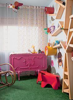 Pai de primeira viagem, o arquiteto Rodrigo Ângulo se divertiu ao idealizar o quarto da filha Laura, hoje com um ano e meio. Ele desenvolveu um ambiente campestre, mas muito moderno. Um móvel antigo foi restaurado com pintura automotiva rosa e virou a côm