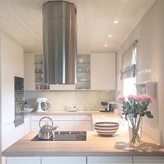 Cute kitchen for a small house or apartment on We Heart It Kitchen Interior, Home Interior Design, Kitchen Decor, Kitchen Design, Kitchen Living, New Kitchen, Cuisines Design, Open Plan Kitchen, Beautiful Kitchens