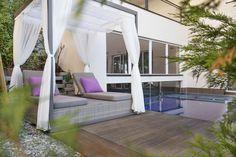 Relax-Liege auf der Poolterrasse Spa, Outdoor Furniture, Outdoor Decor, Relax, Home Decor, Air Fresh, Places To Travel, Homemade Home Decor, Interior Design
