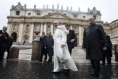 """""""Waszą refleksję obejmuje także sprawa, która dotyczy zarządzania strukturami i dobrami ekonomicznymi"""".  (...) . - Zachowujcie tylko to, co może przysłużyć się doświadczeniu wiary i miłosierdziu Ludu Bożego - wezwał papież.  (...) - W świecie, w którym każdy uważa się za miarę wszystkiego, nie ma już miejsca dla brata - ocenił, odnosząc się do dominującej mentalności. Kapłanów przestrzegał przed rygoryzmem w podejściu do wiernych, a także przed narcyzmem"""