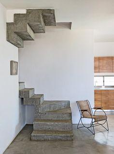 Un escalier en béton brut