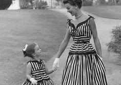 Harika bir annesiniz ve bir prensesiniz var. Dünyanın her yerinde moda sever anneler kızlarıyla harika kombinlerden oluşan uyumlu kıyafetler giyiniyorlar!