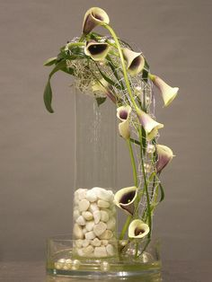 Buffet decoration - Floral arrangement by Rvformacio - Unique Flower Arrangements, Ikebana Flower Arrangement, Unique Flowers, Beautiful Flowers, Arte Floral, Deco Floral, Calla Lillies, Calla Lily, Flower Show