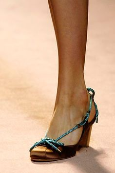 Alberta Ferretti Spring 2006 Ready-to-Wear collection, runway looks, beauty, models, and reviews. Alberta Ferretti, Ready To Wear, Fashion Show, Peep Toe, Vogue, Spring, Brown, Heels, Model