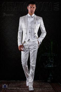 Redingote baroque blanc de brocard avec revers de pointe, strass cristal et broche de cristal. Costume de mariage 1915 Collection Baroque Ottavio Nuccio Gala.
