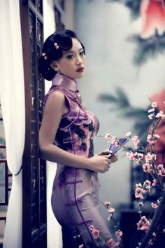 Typical Chinese style is Cheongsam which can exactly display Oriental women's beauty Oriental Dress, Oriental Fashion, Asian Fashion, Chinese Fashion, Asian Woman, Asian Girl, Cheongsam Dress, Beautiful Asian Women, Ao Dai