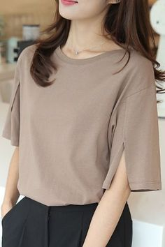 (I love the lovely neckline and the simple detail in the easy-length sleeves.any brighter color would do) Fourteen Sleeve Slit Tee Blouse Styles, Blouse Designs, Moda Vintage, Work Attire, Casual Tops, Stylish Outfits, Korean Fashion, Fashion Dresses, Glamour