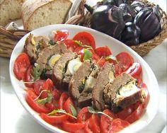 La ricetta del polpettone di carne al sugo, ripieno di uova, mortadella e formaggio e accompagnato con un ricco sugo al pomodoro