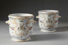 Marie-Antoinette, reine de France. Paire de rafraîchissoirs à verres. Travail du XIXe siècle dans le goût de la Manufacture de la Reine, rue Thiroux à Paris