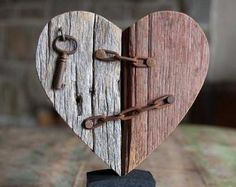 Barnwood heart with rusted key and chain crafts Barnwood heart . - Barnwood heart with rusted key and chain Barnwood heart with rusted key and chain - Barn Wood Crafts, Driftwood Crafts, Pallet Crafts, Pallet Art, Wooden Crafts, Diy Wood Projects, Woodworking Projects, Diy Crafts, Into The Woods