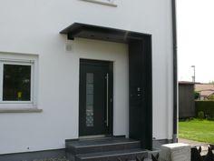 Haustürüberdachung mit Seitenteil und integriertem Briefkasten<br />Ulm Vöhringen