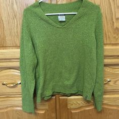 Sweater A pretty long sleeved green sweater n in very good condition Columbia Sweaters Cardigans