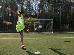Meninas que gostam de futebol e sempre tiveram vontade de aprender inglês não podem perder o programa Estrelas do Futebol.