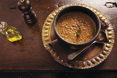 Clássico dos clássicos das cozinhas brasileiras, o feijão caseiro é imbatível. Há inúmeras maneiras de preparar, mas aqui no Panelinha a gente prefere sempre as mais simples. Com arroz branco é o prato certo para deixar o dia a dia saudável e saboroso.