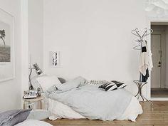Эта уютная квартира с одной спальней в скандинавском стиле находится на Linnéstaden, в центральном районе города Гетеборга, Швеция. Высокие окна в глубоких нишах наряду с высокими потолками создают удивительно воздушную атмосферу в пространстве.