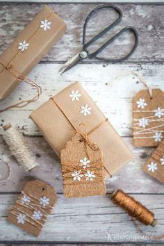 Festive Brown Paper Wrapping Ideas for Christmas. You don't need fancy christmas wrapping paper this Holiday. Grab a roll of brown kraft paper and you'll be Creative Gift Wrapping, Present Wrapping, Creative Gifts, Cute Gift Wrapping Ideas, Creative Cards, Christmas Gift Wrapping, Diy Christmas Gifts, Holiday Gifts, Brown Paper Wrapping