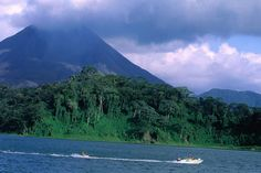 Costa Rica - Tropical rain forest, lake with volcano in background. Panama Cruise, Costa Rica Travel, Lonely Planet, Oh The Places You'll Go, Beautiful Places, National Parks, Around The Worlds, Nature, Natural Phenomena