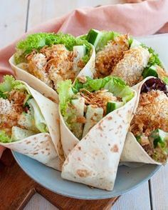 Wraps met krokante kip en honing-mosterdsaus Wraps with crispy chicken and honey mustard sauce Healthy Cooking, Healthy Snacks, Healthy Recipes, Healthy Wraps, Cooking Bacon, Fruit Recipes, Crispy Chicken Wraps, Eat Better, Wrap Recipes