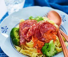 Recept: Tagliatelle med tomatsås och salami