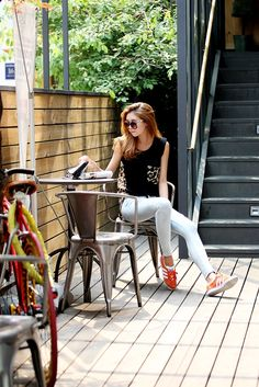 jeans, orage sneakers and black tank, so sportive for summer, summer style