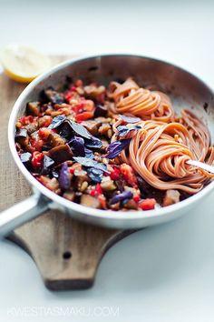 Makaron z bakłażanem, pomidorem, orzeszkami pinii i rodzynkami | Kwestia Smaku