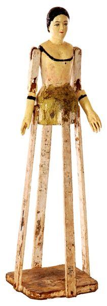 en madera policromada, de brazos móviles. Sobre base en mademadera. Altura: 55 cm