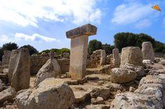 Taula de Torralba. Menorca-España, data del siglo VIII a. C., monumento megalítico en forma de T. Las taulas están en la mayoría de los casos ubicadas en el interior de un recinto megalítico en forma de herradura, una serie de pilares o menhires que rodean el recinto.