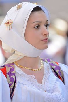 """Giotto 2009 ""su (Flickr)La Ragazza Indossa L'abito Tradizionale Sardo Di Bono. Most Beautiful Faces, Beautiful Hijab, Beautiful People, Beautiful Women, Muslim Girls, Muslim Women, Sardinian People, Ukrainian Dress, Italian Beauty"