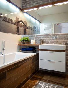 Fliesen in Holzoptik verkleiden die Badewanne