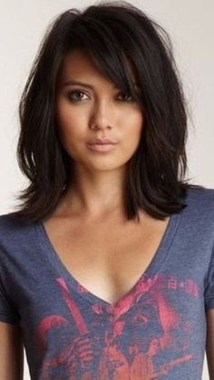 Shoulder-length layered hair with bangs - New Hairstyles 2018 - . - Shoulder-length layered hair with bangs # layered - Haircuts For Medium Length Hair, Medium Layered Haircuts, Haircut For Thick Hair, Medium Hair Cuts, Medium Hair Styles, Curly Hair Styles, Medium Curly, Haircut Short, Haircut Bob
