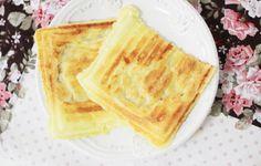 Se você possui uma sanduicheira em casa, poderá sentir o cheirinho de pão de queijo se espalhando pela cozinha logo de manhã, quase sem esforço. Vão um ovo, três colheres de polvilho doce, três colheres de leite e três de parmesão ralado, bem batidos com um garfo, e assados por uns quatro minutos na sanduicheira quente. Veja a receitinha aqui. Waffles, Brunch, Food And Drink, Low Carb, Chocolate, Cooking, Healthy, Breakfast, Ethnic Recipes