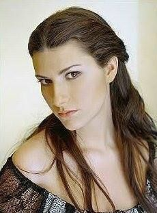 great photo of famed italian singer, Laura Pausini.