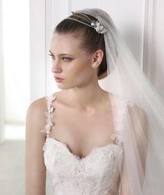 Vestido de novia  con escote corazón con tirantes y aplicaciones florales Milenka - Pronovias 2015