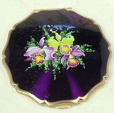 Vintage Stratton Powder Compact Enameled Purple with Iris Flowers Vintage Makeup, Vintage Vanity, Vintage Perfume, Vintage Beauty, Retro Vintage, Vintage Items, Stratton Compact, Lipstick Case, Iris Flowers
