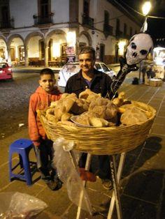 Mexique  Ici un vendeur de pan de muertos avec son fils sur la place principale de Patzcuaro. D'après ce qu'on m'a dit, les motifs sur le pain représentent des os, et la boule du milieu une larme...