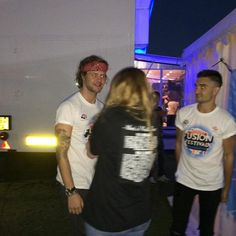 Fã conhecendo Jay e Tom nos bastidores do Fusion Festival