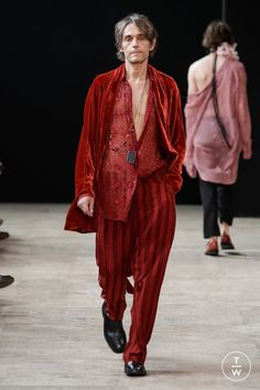 Fashion Week Paris Spring/Summer 2018 look 23 from the Ann Demeulemeester collection menswear Mens Fashion 2018, High Fashion Men, Daily Fashion, Runway Fashion, Fashion Outfits, Haute Couture Style, Couture Mode, Couture Fashion, Dior