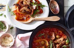 Reichlich Wasser in einem großen Topf zum Kochen bringen und die Tomaten 10 Sekunden kochen lassen. Herausnehmen, mit kaltem Wasser abschrecken und die Haut abziehen. Die Tomaten halbieren, entkernen und in 5 mm große Würfel schneiden. Paprika mit dem...